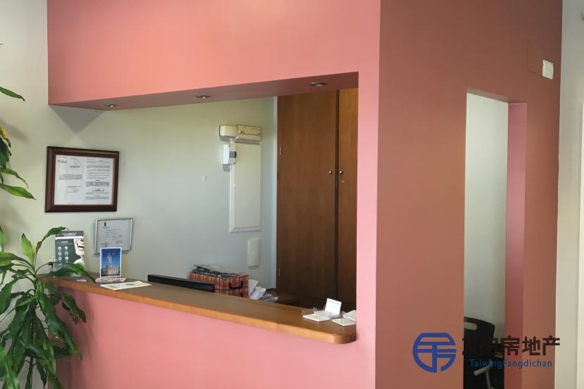 额外:空调,暖气,大理石地板,水,电,采光好,粉刷墙壁和保险箱 原文