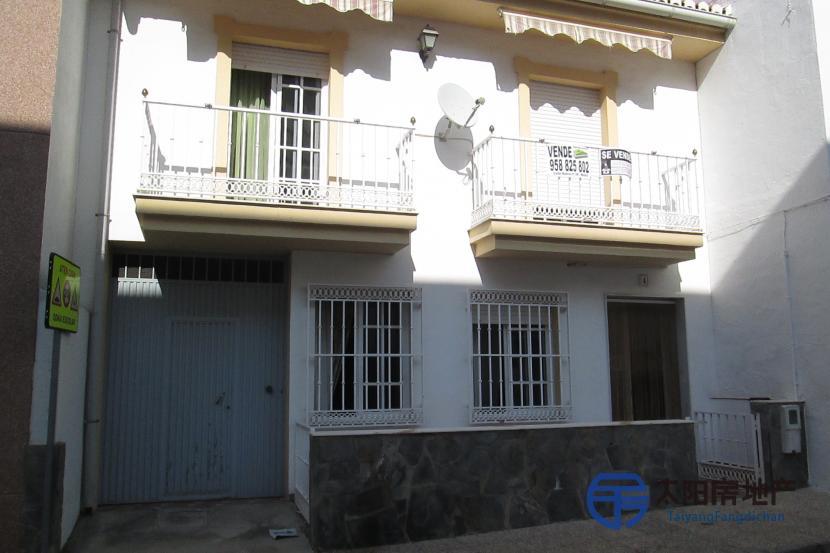 销售位于Velez De Benaudalla (格林纳达省)市中心的别墅