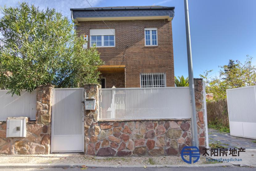 销售位于Las Rozas De Madrid (马德里省)市中心的别墅