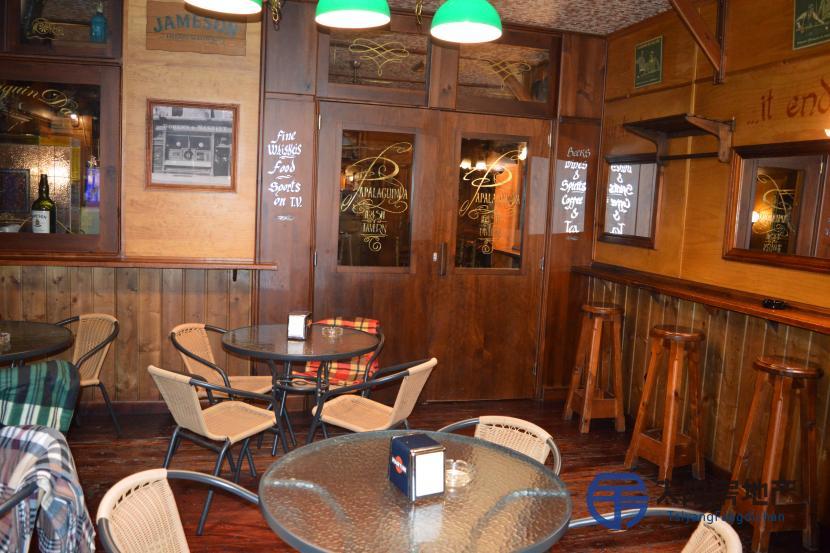 销售位于Madrid的商业店铺,在Pablo Neruda 街,位于人流量大的区域。总面积为215平方米,建筑面积为215平方米,使用面积为215平方米分为只有一层。28年以来有一家咖啡馆正在营业。 内部分布为:2个透明大厅(都是80平方米),4个浴室(4平方米和3平方米),厨房(20平方米),仓库(15平方米),平台。 拥有30米的门面,2个不同的入口,最多可以容纳100人。家具齐全以及拥有全部该商业活动设备(价格中包含所有家具和设备)和经营必须品,可以直接开始营业。曾经装修过(重新装修),可以分成两部
