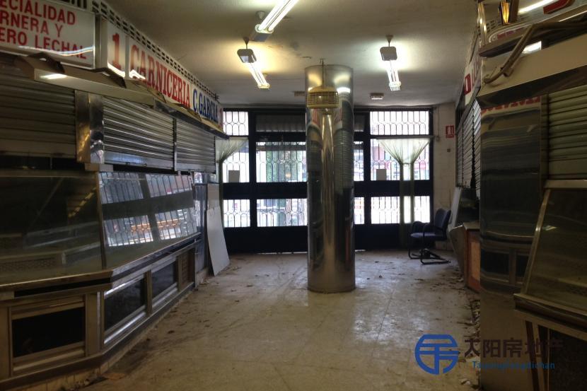面积3000平米的购物中心或食品市场,共两层,位于Puente de Vallecas.