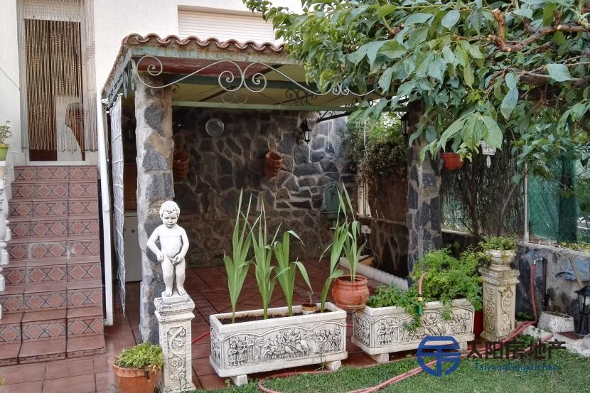 销售位于Velilla De San Antonio (马德里省)市中心的别墅