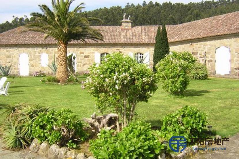 销售西班牙 十八世纪的城堡位于La Coruña 海边