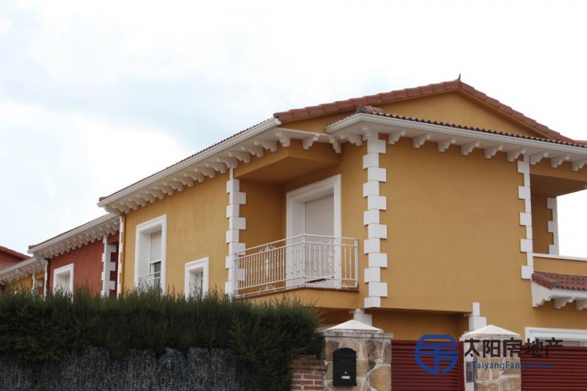 销售位于Sotillo De La Adrada (阿维拉省)市中心的家庭用房
