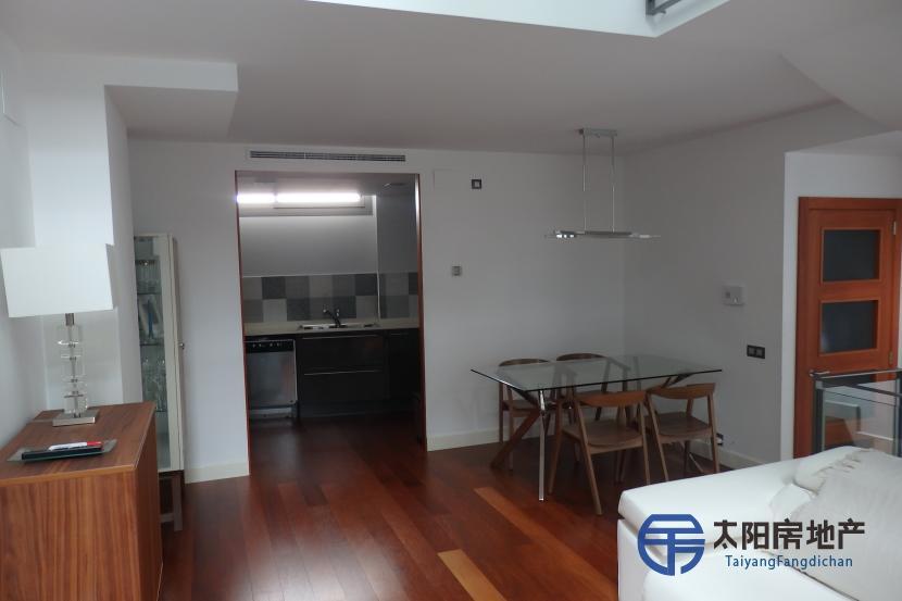 销售位于巴塞罗那省 市中心的复式公寓
