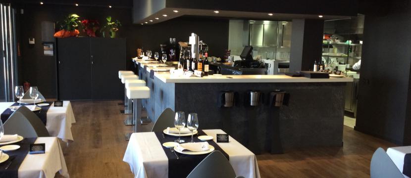 Restaurante nuevo con cocina vista