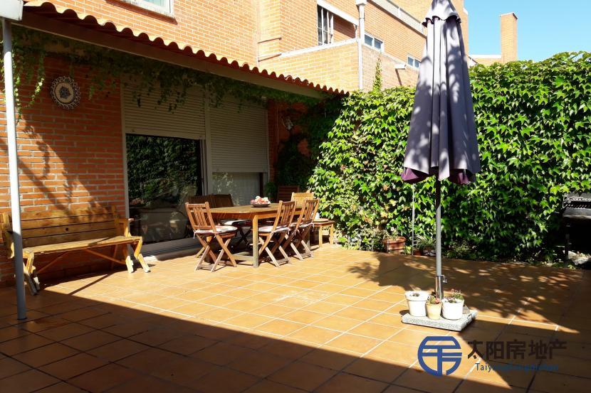 出售位于Tres Cantos (马德里省)市中心的别墅