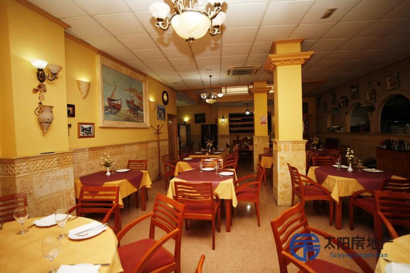 位于市中心主街的餐厅...