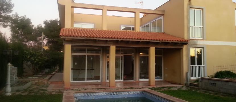 别墅,配有游泳池,宽敞的客厅和饭厅有2个高度,地下车库占据了房子的