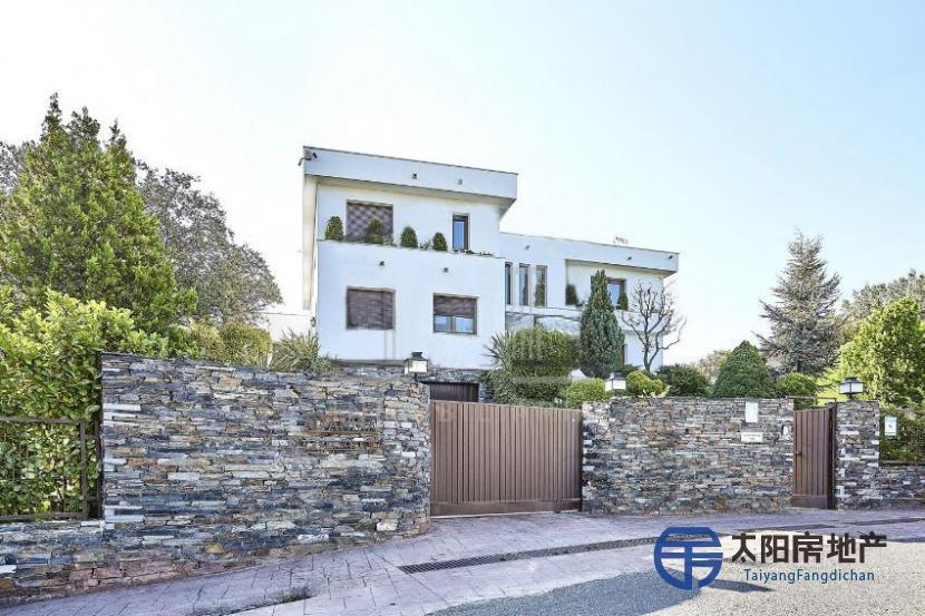 出售位于Madrid (马德里省)市外的郊外别墅