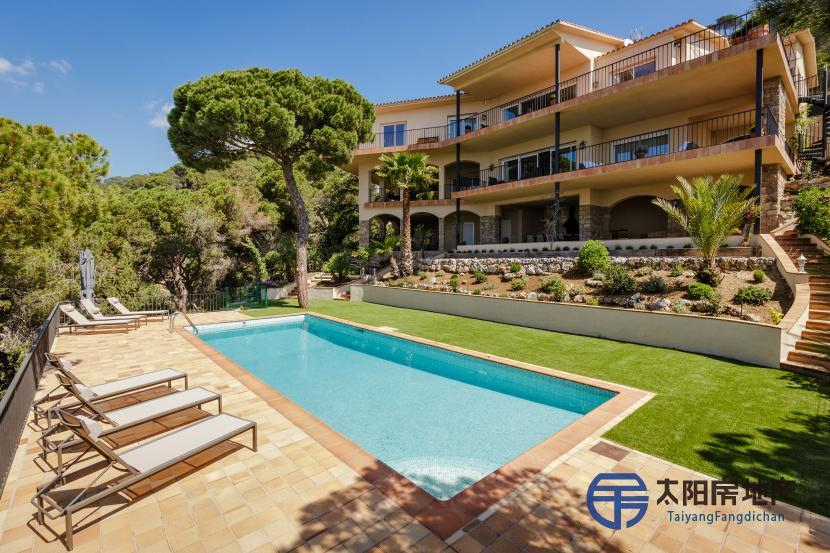 出售位于Cabrils (巴塞罗那省)市外的郊外别墅