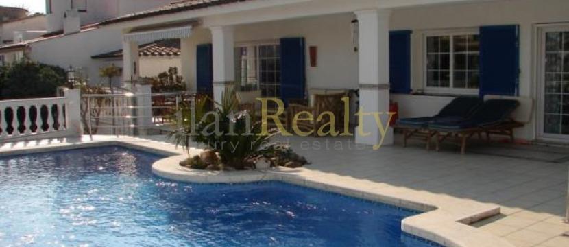 设有游泳池的美丽别墅出售...