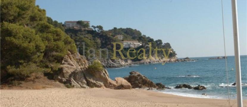 位于Tossa de Mar,在美丽的小隩旁边的别墅