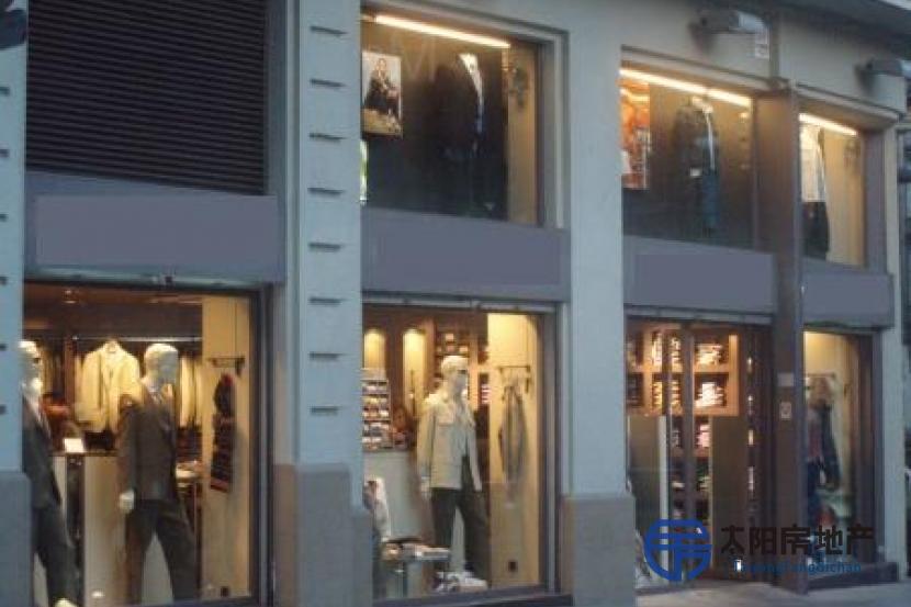 tienda de ropa situada en una calle de mucho paso, tiene delante el mercado y esta situada frente a la parada del metro