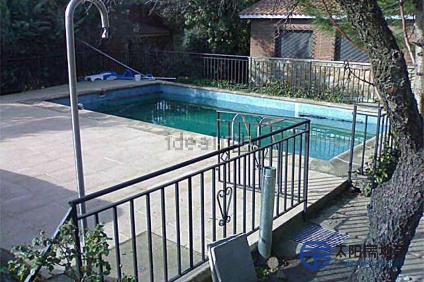 出售位于Fresnedillas De La Oliva (马德里省)市中心的别墅