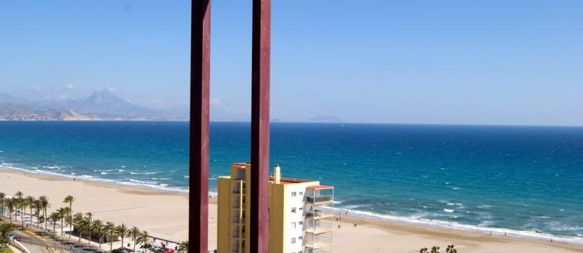 公寓位于海滩第一线...