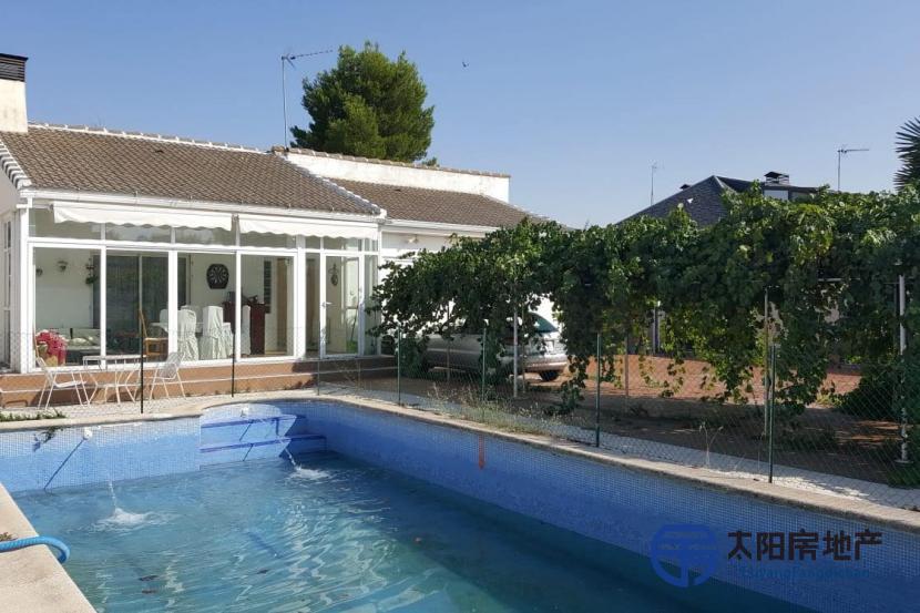 出售位于Camarma De Esteruelas (马德里省)市中心的别墅