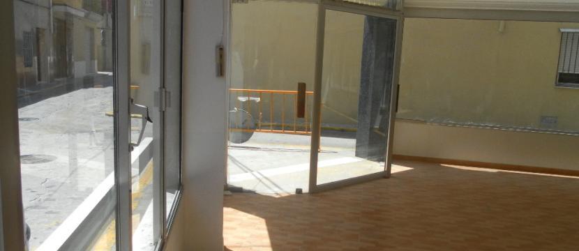 Local comercial TOTALMENTE REFORMADO: (140 m2) + Almacén (60 m2) = TOTAL 200m2 útiles