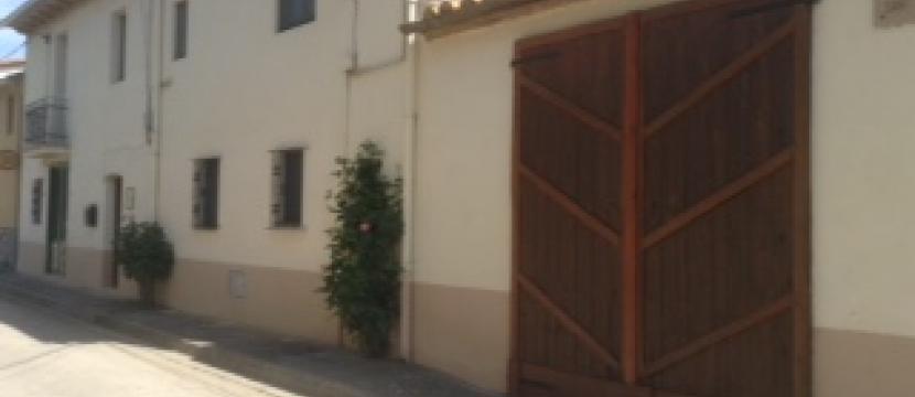 位于安静小村庄的重新修缮过的楼房
