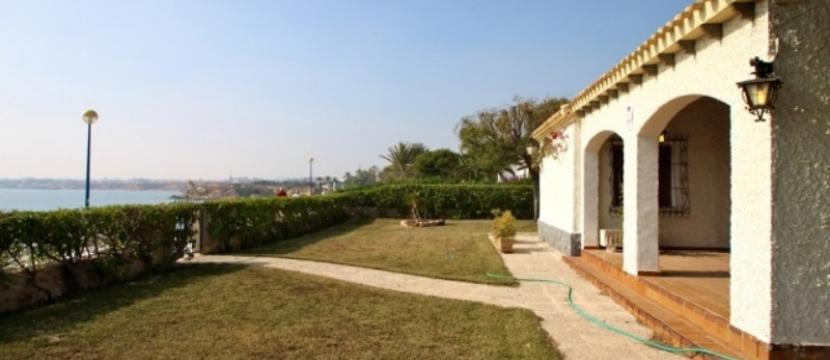 位于Costa Blanca南的Punta Prima海滩旁边的别墅
