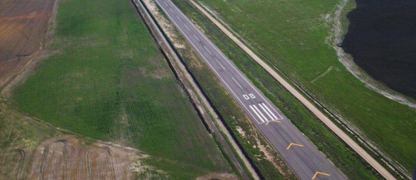 这是一个位于加的斯省特雷武赫纳市的私人机场。 交通便捷,能方便出行于安达卢西亚自治区内的各大城市。 机场由一块11英亩的平地构成,该平地上包括飞机跑道,塔台,停放救护车及跑道车的车库和13个机库。 所有私人机场该具备的许可证和认证都是有效的。 没有固定加油箱,仓库的总建筑面积为2848平米,此外还加建了一座面积为8平米的观测台。 该机场授权使用的飞机为重量不超过5000公斤的短距离起落的涡轮螺旋桨飞机。 将会启动一个地块拟建项目,该地块项目包括在邻近跑道的两个地块上建立足够大面积的机库,其中一个为17英亩
