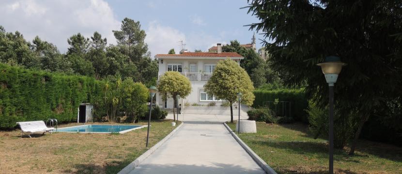 独立别墅配有游泳池和图书馆