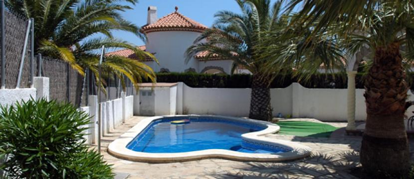 设有私人游泳池的两个房子