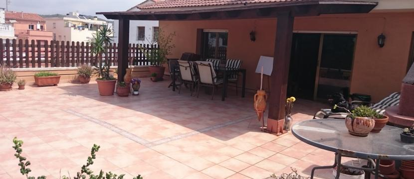 Penthouse with 80 m2 terrace renovated, near Sitges,porch 18 m2, BBQ, Parking and storage room