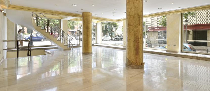 马贝拉市的商业大楼...