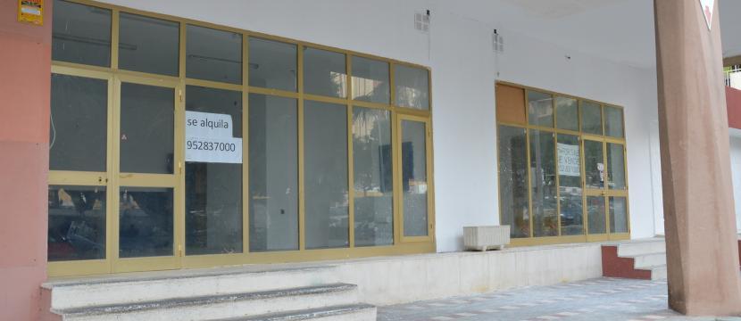 贝纳尔马德纳海岸上的商业门面