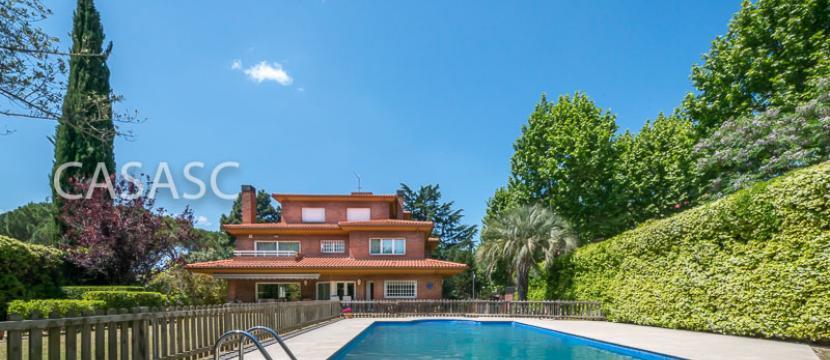 销售位于Sant Cugat Del Valles (巴塞罗那省)市中心的郊外别墅