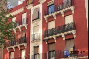Piso en Venta en el centro de la ciudad de Madrid, en el barrio de Salamanca. Dispone de una superficie total de 51 m². El Piso se encuentra en una 3ª planta.<br /> <br /> Distribución interior: habitación individual, habitación doble, baño, salón comedor, cocina.<br /> <br /> Piso de reciente construcción. Se han realizado reformas (está totalmente reformado) y se puede entrar a vivir directamente en cualquier momento. Se encuentra totalmente amueblado (todos los muebles están ya incluidos en el precio).<br /> <br /> También dispone de aire acondicionado, calefacción, suelos de parquet, domótica, ventanas climalit, puerta de seguridad, portero automático, materiales de gran calidad, chimenea y ascensor.<br /> <br /> Servicios cercanos: colegio, farmacia, centro de salud, hospital, tiendas, supermercado, centro comercial, restaurantes, zona tranquila, parque, zona de aparcamiento, parada de autobús, metro y todos los servicios.<br />