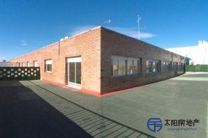 <p>en en , en la calle Miguel yuste 16, situada en una zona comercial y de mucho tr&aacute;nsito de la ciudad. Dispone de una superficie total de 401 m&sup2;, una superficie construida de 212 m&sup2; y una superficie &uacute;til de 212 m&sup2;. Actualmente se encuentra cerrado, anteriormente funcion&oacute; como centro de ocio, hosteler&iacute;a y catering.<br /> Distribuci&oacute;n interior: 4 oficinas, sala de espera, sala di&aacute;fana, 2 ba&ntilde;os, cocina, terraza de 189m&sup2;, patio interior.<br /> Actualmente no tiene muebles pero cuenta con todo lo necesario para empezar a funcionar desde el primer d&iacute;a sin problemas. Se han realizado reformas (est&aacute; totalmente reformado), con posibilidad de dividirlo para montar dos negocios distintos. Es apto para convertirlo en oficinas, almac&eacute;n o nave industrial o para funcionar como tienda de ropa, cafeter&iacute;a, restaurante, peluquer&iacute;a, gimnasio, agencia de viajes, oficina bancaria, centro est&eacute;tico o restaurante de comida r&aacute;pida.<br /> Gastos de comunidad: 180&euro;/mes. El precio es negociable, y el local est&aacute; libre de cargas.<br /> Tambi&eacute;n dispone de ascensor, suelos de m&aacute;rmol, calefacci&oacute;n, aire acondicionado, agua, luz, gas, agua caliente, techos altos, buena iluminaci&oacute;n, paredes pintadas, montacargas, techo desmontable, acondicionado para minusv&aacute;lidos, rampa de entrada y salida de emergencia.<br /> Se por asuntos personales.</p>