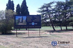 <p>Chalet en Venta en el centro de la ciudad de Santa Cristina D&acute;Aro (Girona), en una urbanizaci&oacute;n privada. Muy cerca de la playa y en plena monta&ntilde;a. Dispone de una superficie total de 259 m&sup2; distribuidos en un total de 2 plantas. Distribuci&oacute;n interior:<br /> Primera planta: habitaci&oacute;n doble de 2m&sup2;, ba&ntilde;o de 2m&sup2;, sal&oacute;n comedor de 1m&sup2;, comedor, cocina de 1m&sup2;, jard&iacute;n de 1m&sup2;, terraza de 1m&sup2;, porche de 1m&sup2;, trastero.<br /> Segunda planta: .<br /> Chalet de reciente construcci&oacute;n. Con disponibilidad para poder entrar a vivir directamente. Se encuentra totalmente amueblado (todos los muebles est&aacute;n ya incluidos en el precio). Con vistas a la monta&ntilde;a.<br /> Servicios cercanos: colegio, farmacia, centro de salud, supermercado, restaurantes, parque, campo de f&uacute;tbol, pista de tenis, campo de golf, zona de aparcamiento, cerca de autopista, parada de autob&uacute;s, aeropuerto y todos los servicios.</p>