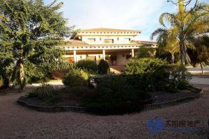 <p>Villa en Venta en Virgen Del Camino (Partida) (Alicante). Muy cerca de la playa y de la monta&ntilde;a. Dispone de una superficie total de 590 m&sup2;.<br /> Distribuci&oacute;n interior: habitaci&oacute;n individual, habitaci&oacute;n doble, habitaci&oacute;n de invitados, ba&ntilde;o, ba&ntilde;o de invitado, sal&oacute;n, sal&oacute;n comedor, comedor, cocina individual, estudio, hall, jard&iacute;n, terraza, porche, lavadero, trastero y garaje.<br /> Villa de reciente construcci&oacute;n (a&ntilde;o 2006). Con disponibilidad para poder entrar a vivir directamente. Se encuentra totalmente amueblado (todos los muebles est&aacute;n ya incluidos en el precio). Orientaci&oacute;n este con vistas a la monta&ntilde;a. Sin gastos de comunidad. Precio negociable.<br /> Tambi&eacute;n dispone de sistema de alarma, puerta de seguridad, ventanas climalit, suelos de parquet, portero autom&aacute;tico, aislamiento t&eacute;rmico, aislamiento ac&uacute;stico, carpinter&iacute;a de aluminio, materiales de gran calidad, vestidor, chimenea, barbacoa, hidromasaje, gimnasio, bodega, piscina privada y riego autom&aacute;tico.<br /> Servicios cercanos: colegio, farmacia, centro de salud, tiendas, supermercado, restaurantes, zona tranquila, parque, campo de f&uacute;tbol, cerca de autopista, parada de autob&uacute;s, aeropuerto y todos los servicios.</p>